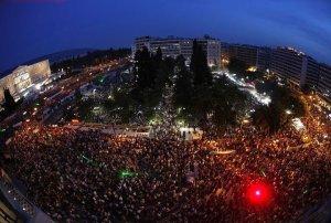 """Стотици хиляди недоволни протестираха месеци наред на площад """"Синтагма"""" срещу мерките на Тройката"""