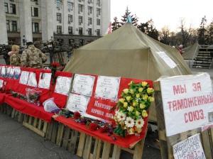 """Жителите на Одеса тачат като герои загиналите бойци от """"Беркут""""."""