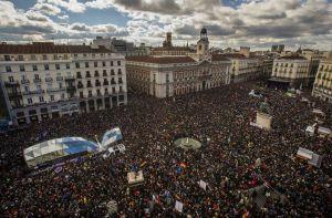 """На 31 януари стотици хиляди фенове на PODEMOS заляха центъра на Мадрид, развявайки знамена на републиката, на СИРИЗА и Гърция, и скандирайки """"тик-так"""" по адрес на елита"""